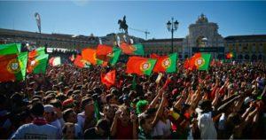 Peuple portugais fêtant la victoire